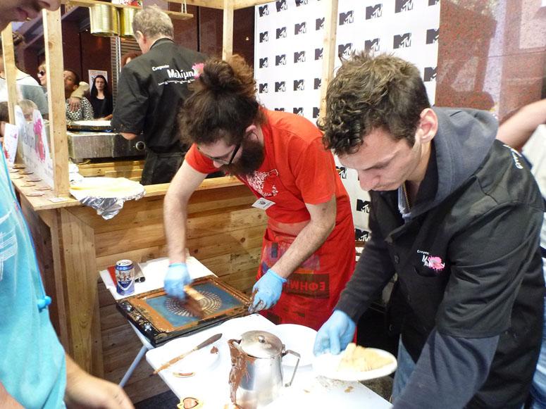 Silkscreen printing with cocoa on crépes